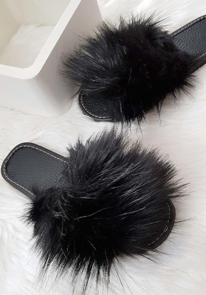 Czarne klapki z efektownym futerkiem