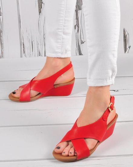 18528755cdd4a Damskie sandały na niskim koturnie Czerwone /E6-3 3421 S294/
